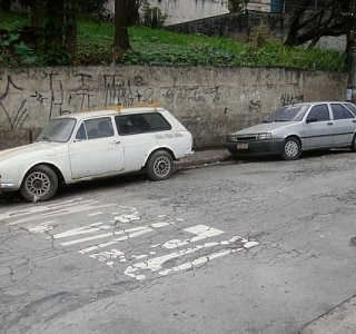 Carros abandonados no Real Parque